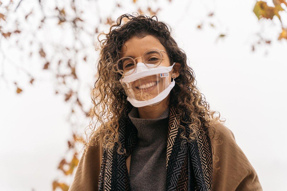 Sourde, Anissa Mekrabech entreprend dans les masques transparents