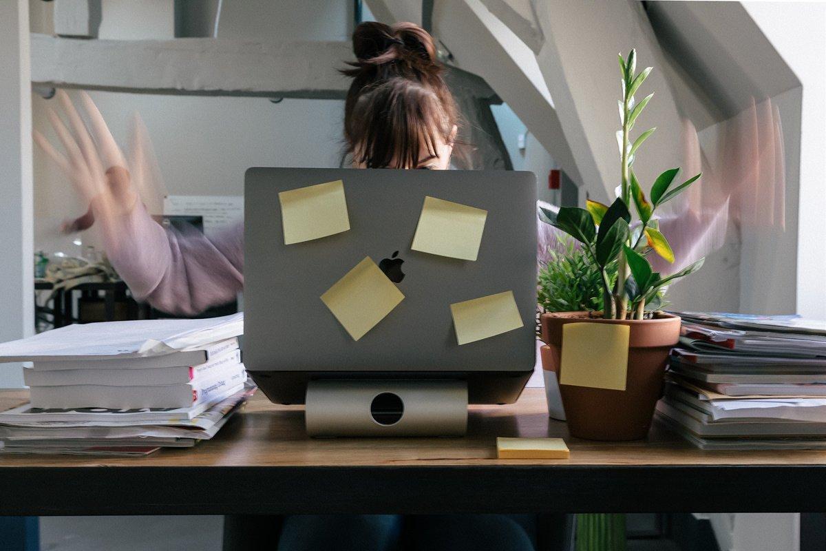 Ako zvládať obdobia zhonu v práci?