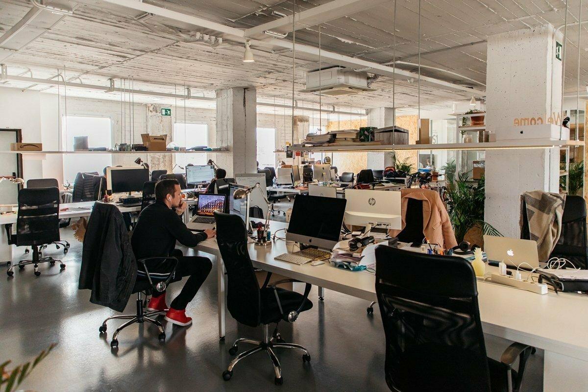 Syndróm preživších v práci: Keď kolegu vyhodia, ale vás nie