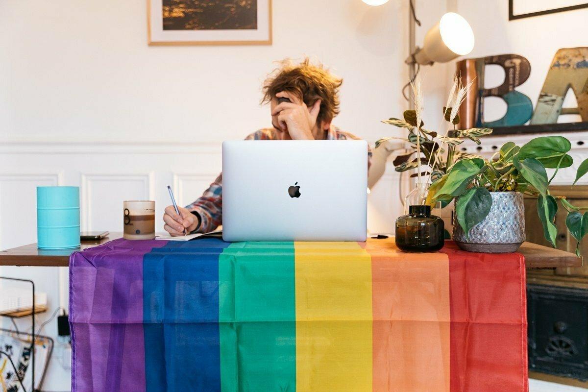 Trabajo y comunidad LGTBI+: chistes, armarios y techo arcoíris