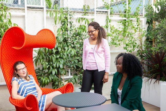 « Dans l'étrange fauteuil rouge, c'est notre Responsable Finance entourée de ses complices.» - Wojo