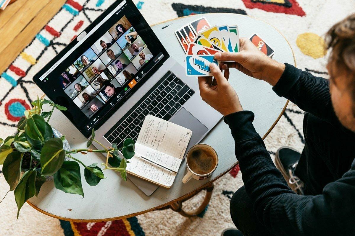 Videohry, upratovanie, DIY… čomu sa počas online porady venujeme?