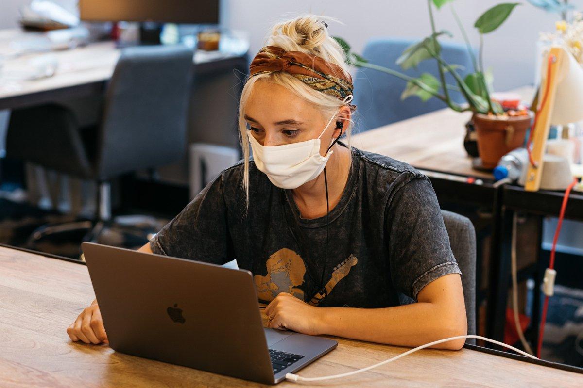 Nosenie rúška ovplyvňuje našu produktivitu, tvrdí výskumníčka
