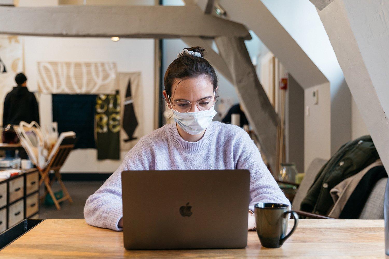 Musíte v kanceláři nosit roušku? A jak se o ni správně starat?