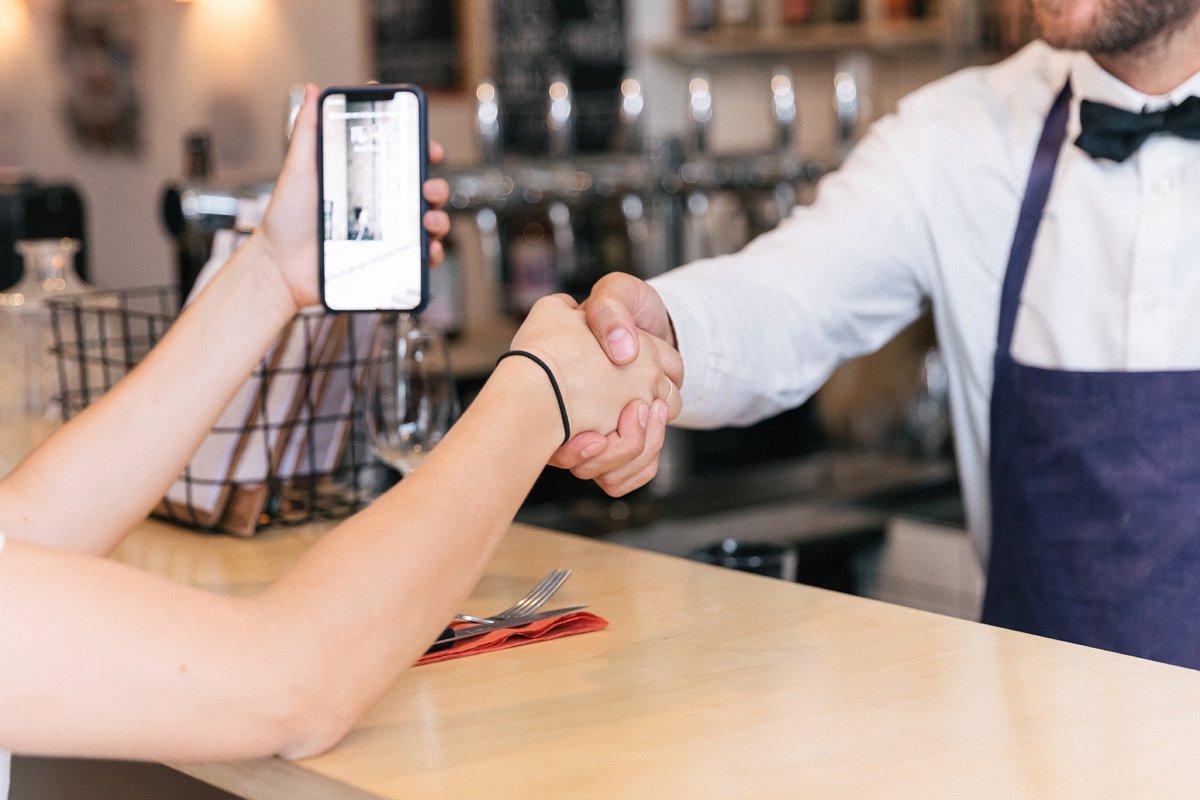 La poignée de main en entreprise est-elle vouée à disparaître ?