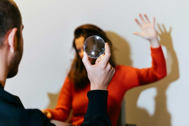 Comment analyser le langage corporel du recruteur en entretien ?