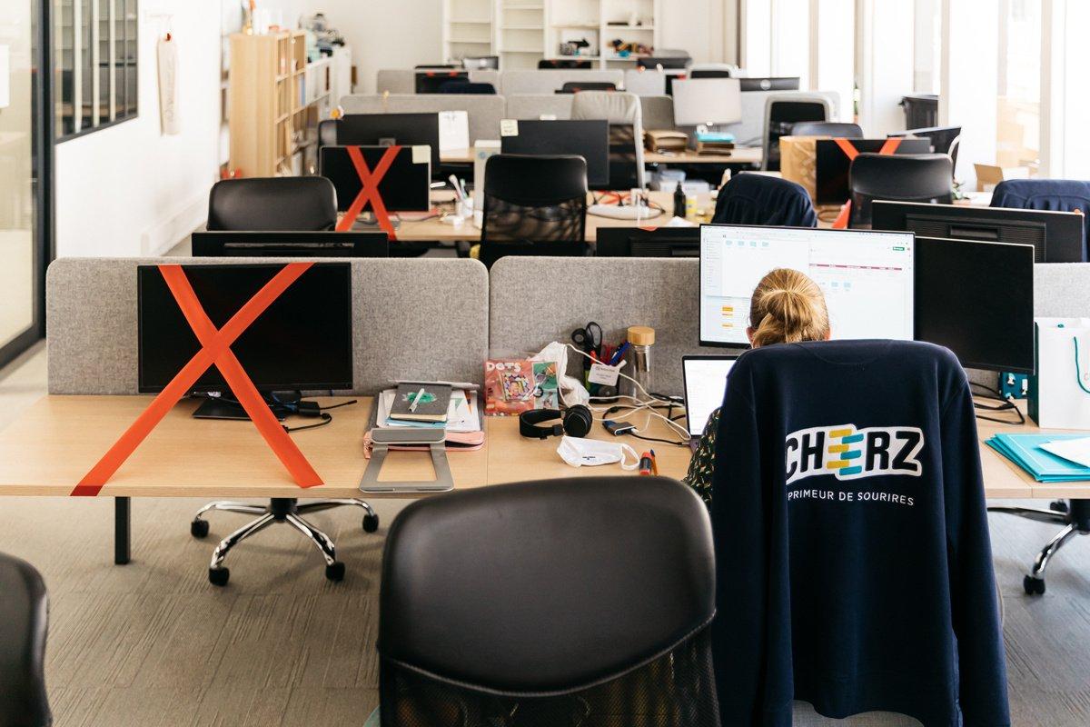 Immersion dans des bureaux déconfinés : scotch rouge, masques...