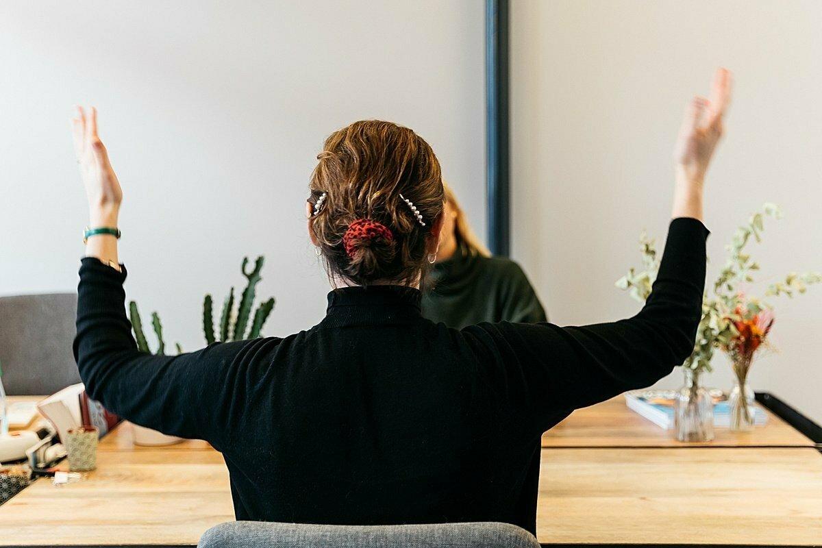 Cómo hablar de tus logros con humildad en una entrevista de traba