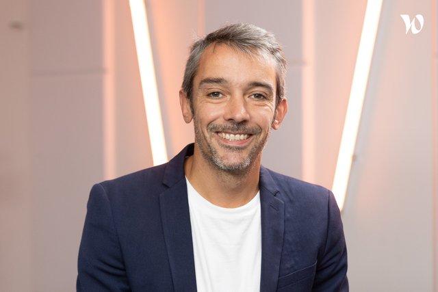 Rencontrez Simon, Directeur du développement BU - NetMedia Group